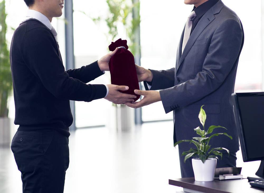 Porqué deberías obsequiar con regalos de empresa