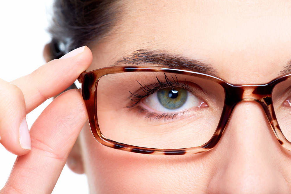 Cómo es (y quién puede hacerse) una operación para dejar de usar gafas
