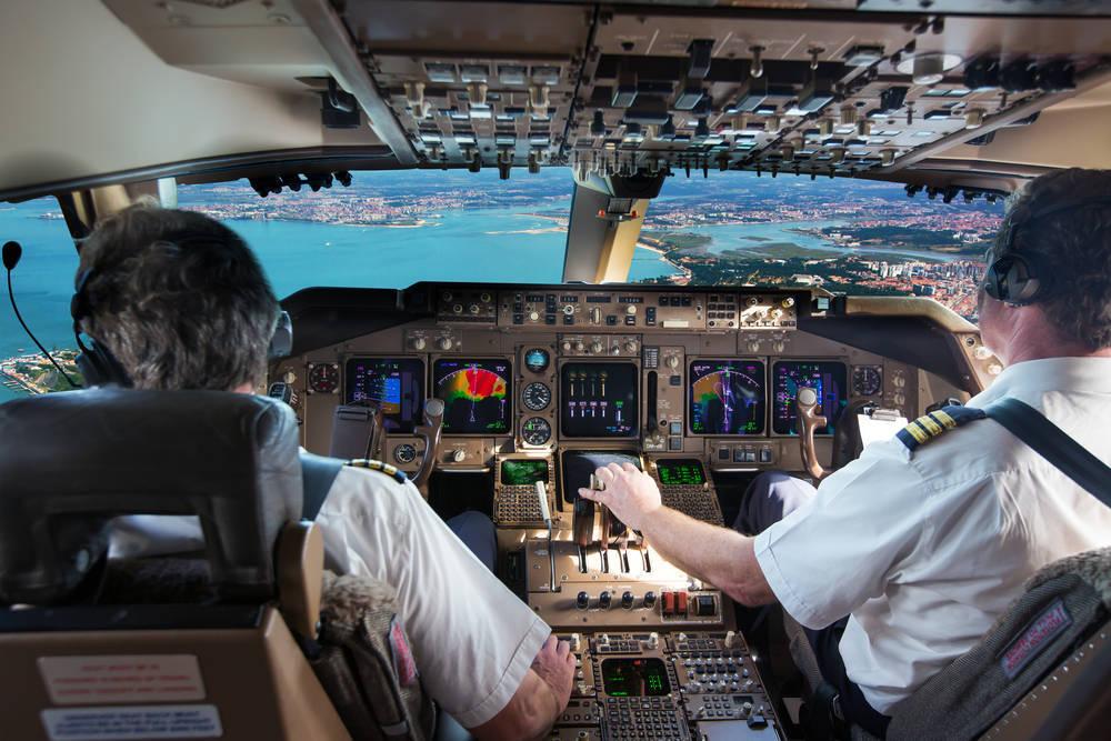 La escasez de pilotos de avión en España, un problema empresarial de primera magnitud para las aerolíneas